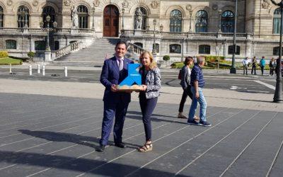 Una Pajarita Azul anida en el campanario del Ayuntamiento de Bilbao