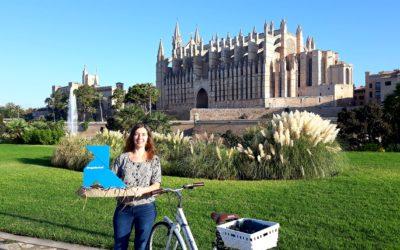 Una Pajarita Azul recorre Palma en bicicleta buscando un lugar donde anidar