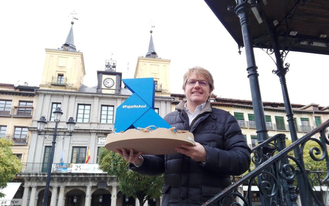 Una Pajarita Azul, mensajera del reciclaje, busca nido en la Plaza Mayor de Segovia