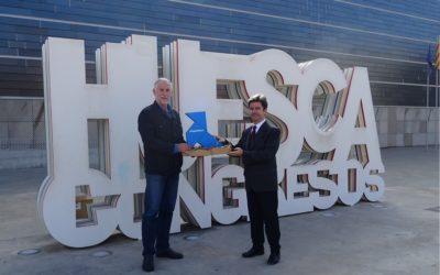 Una Pajarita Azul anida en Huesca, recibida por el alcalde y el presidente de GRHUSA